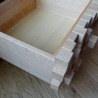 Tisch als Holzstapel
