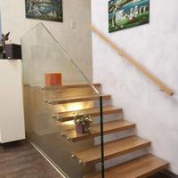 Holztreppe mit Glaswange