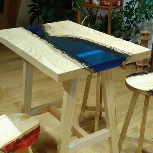 Tisch mit Epoxidharz